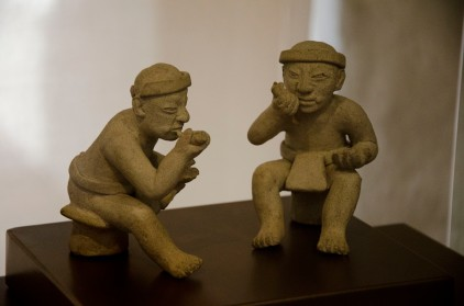 Figures taking coca with lime; Cultura Tolita (350 BC - 350 AD)