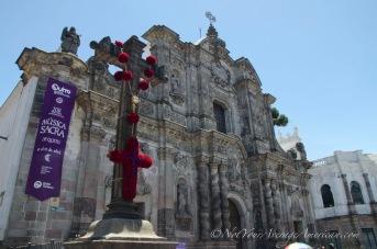 The cross and the front of the Iglesia de la Compañia de Jesús.